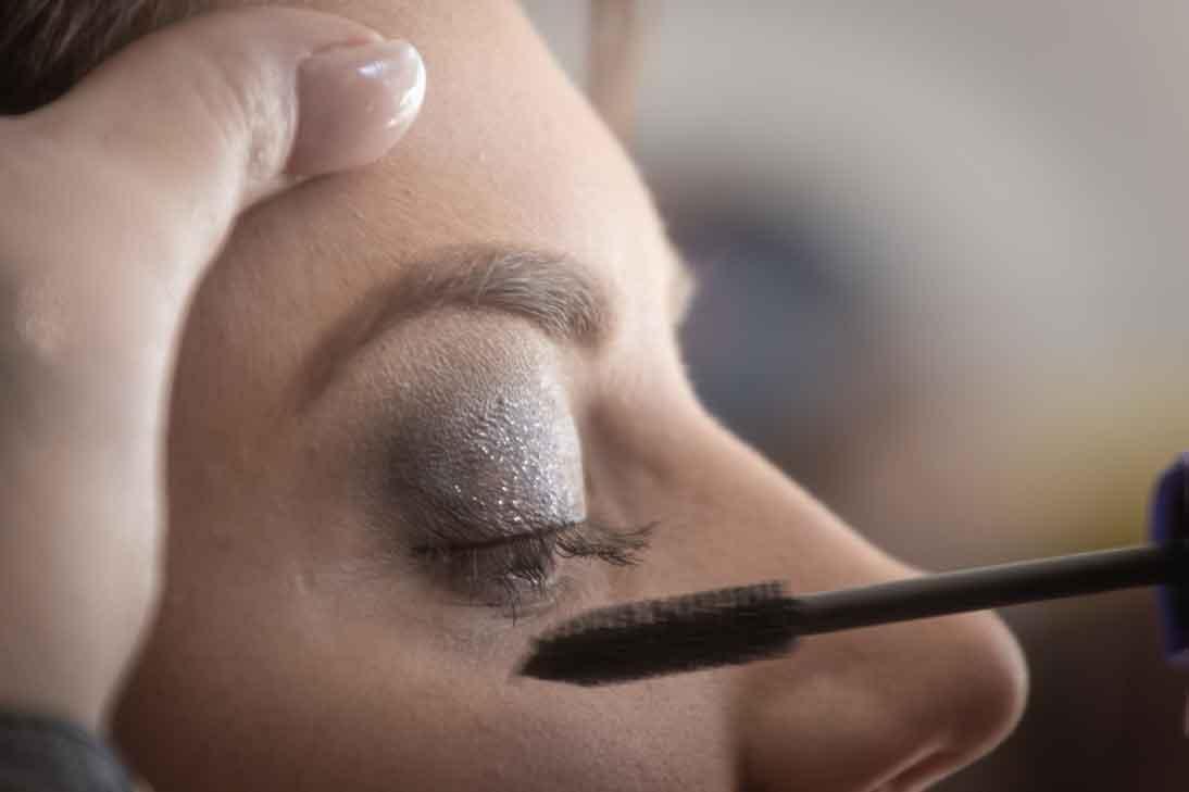 persona-maquillando-pestañas